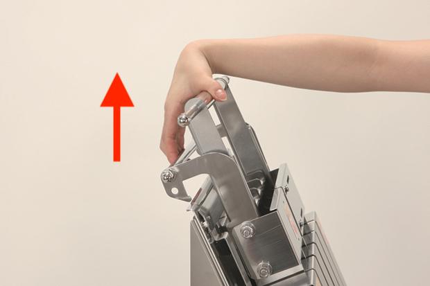 ストッパーを引き上げないと刃が下りない仕組み。安全に作業できます。