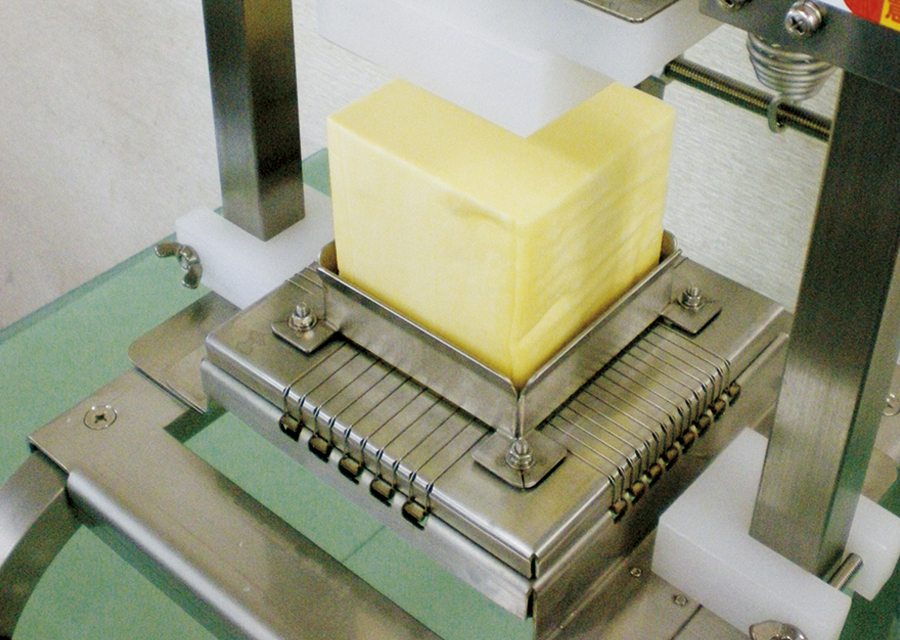 ブロックのチーズを一度にスティックカット