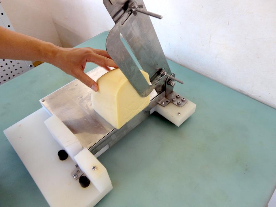 【カット例】チーズの塊など、固くて大きなもののカットにも