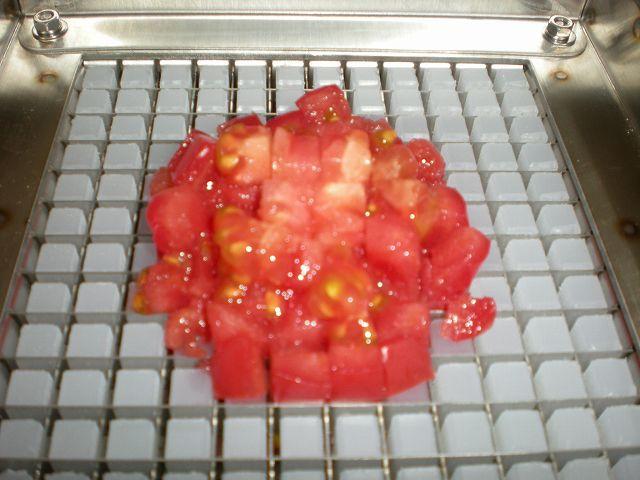 【カット例】トマト(スライス後のものをカット)