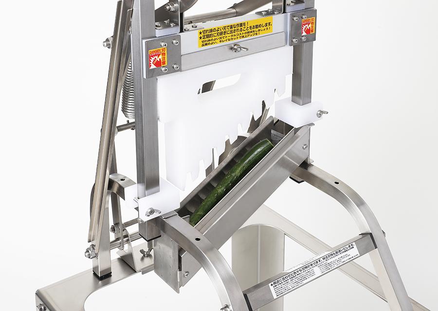 きゅうりの乱切り。本体MPL+乱切り用の刃物部A3L_MAを装着した状態