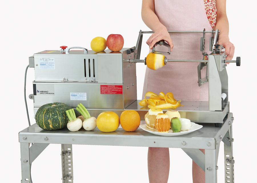 回転する果物や根菜に刃を当てるだけ。簡単、スピーディーに皮がむけます