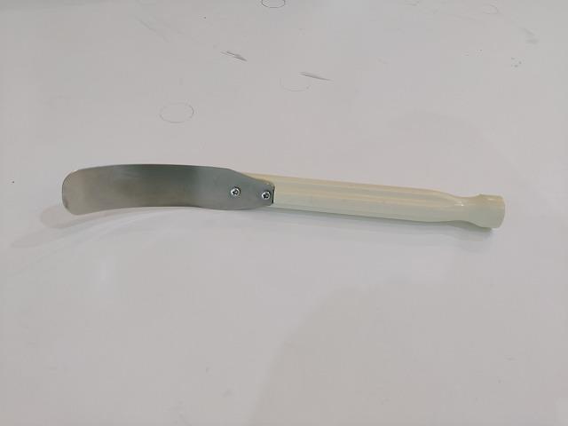 【②スイカ皮むき】スイカの皮むき専用器。スライスしたスイカの皮を取り除きます。
